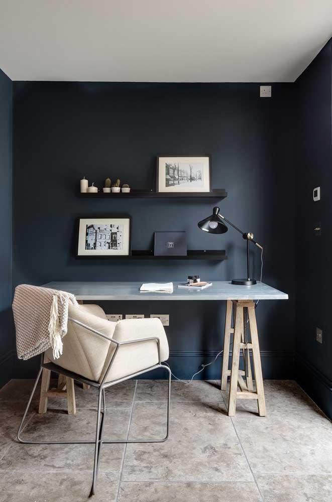Mesa de mármore para o home office. Repare que a base é formada por cavaletes simples de madeira