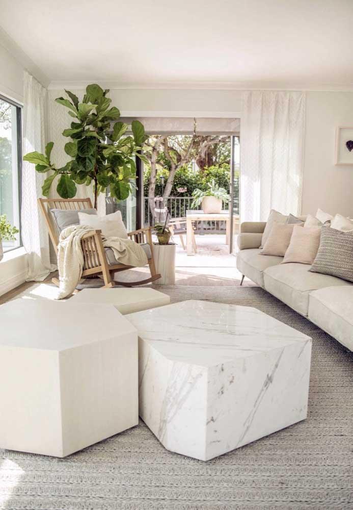 A casa de estilo praiano traz uma mesa de centro em mármore bem diferente e original