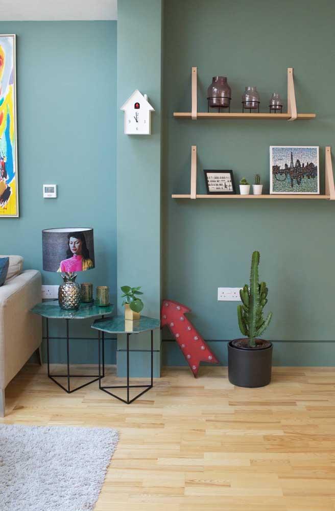 Mesinhas laterais de mármore verde. Qualquer semelhança com a cor da parede não é mera coincidência
