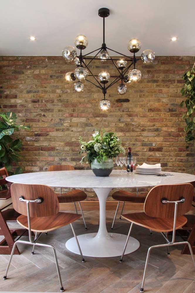 A sala de jantar rústica moderna apostou em uma mesa de mármore redonda para garantir o toque de sofisticação