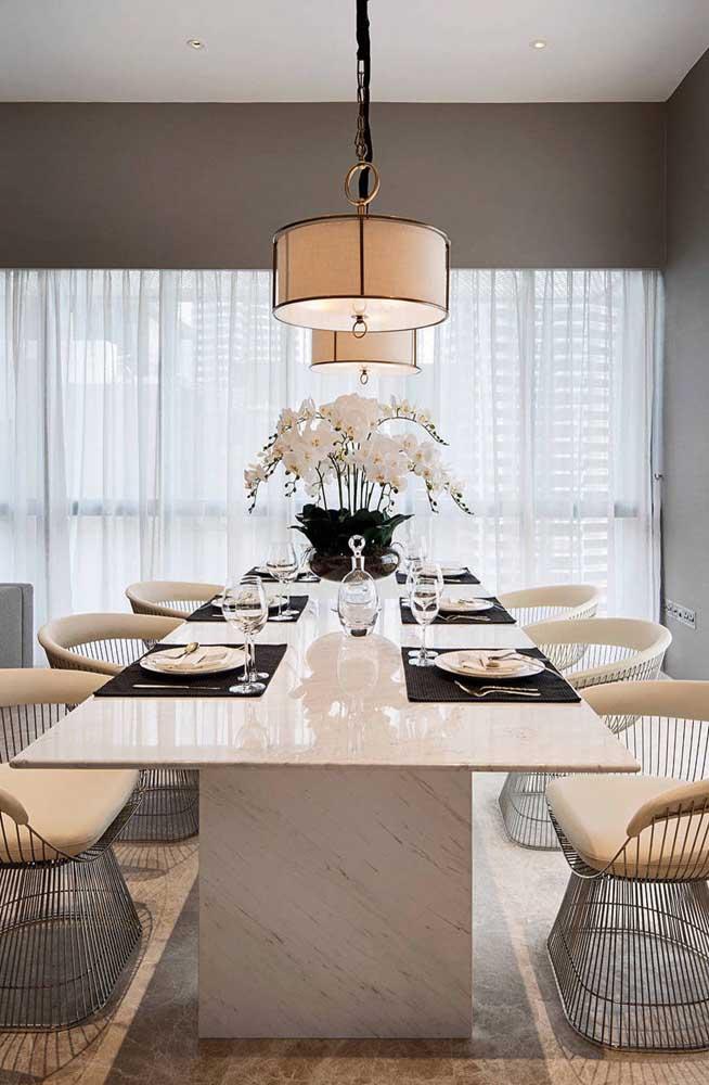 Um luxo só essa mesa de jantar de mármore branco!