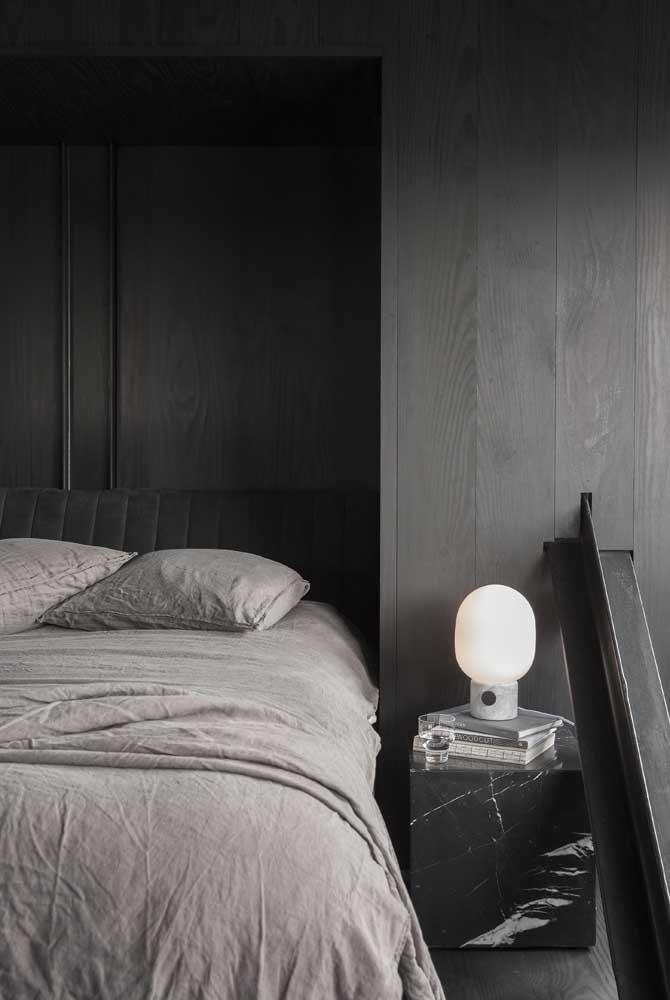 E se a decoração pedir, não tenha medo de levar um mármore preto para o quarto