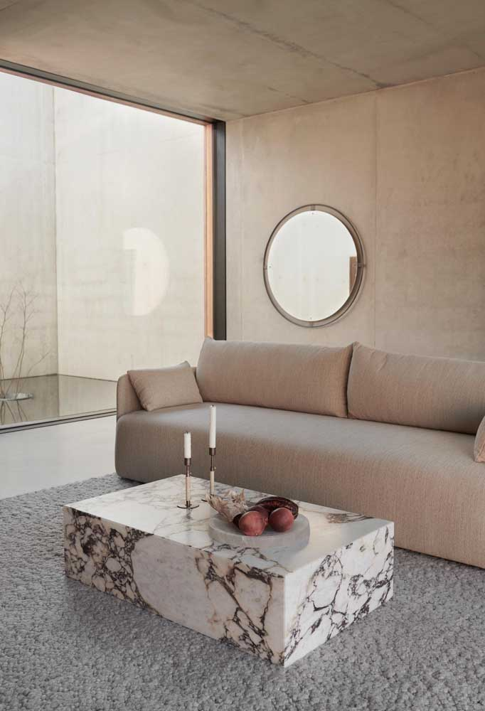 Veios marcantes para destacar a mesa de mármore na decoração da sala de estar