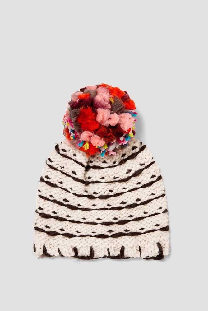 Aqui nessa touca de crochê o destaque vai para o pompom super diferenciado