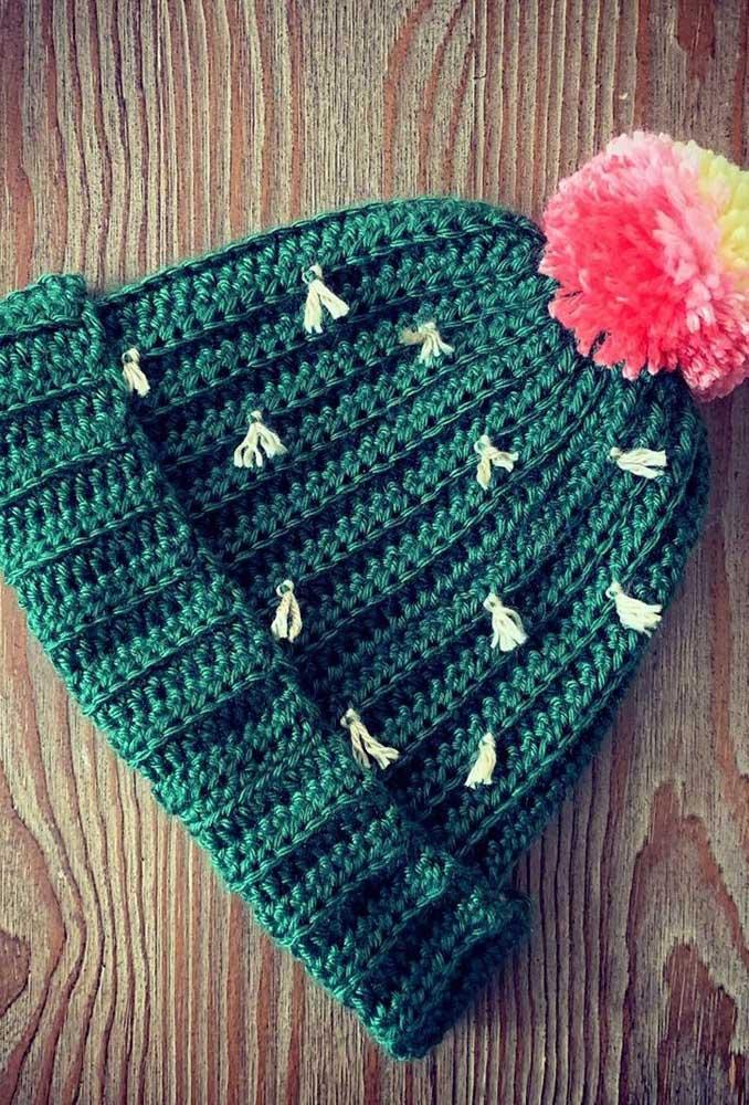 Touca de crochê simples com pompom colorido. Um modelo para todas as horas