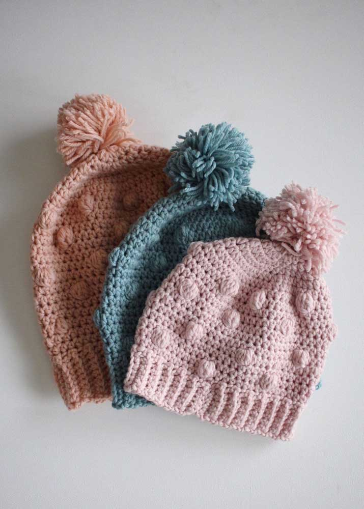 Trio de toucas de crochê em tons neutros. Repare no relevo que garante um toque a mais para as peças