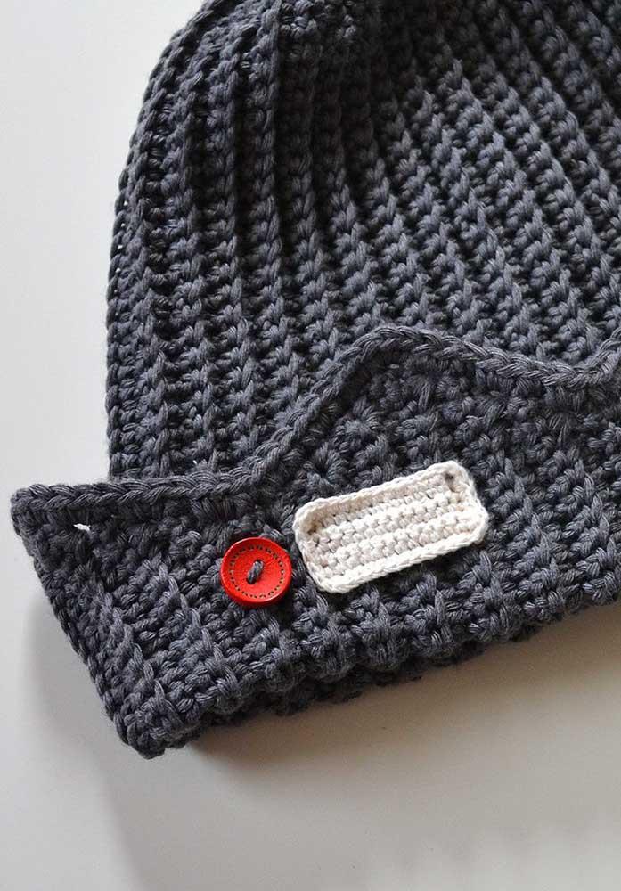 O que um simples botão vermelho não é capaz de fazer em uma touca de crochê cinza!