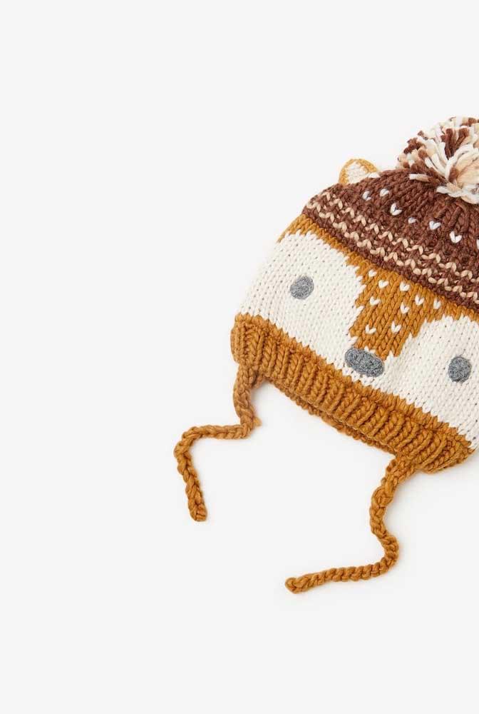 Touca de crochê infantil com desenho de raposa. Repare que ela ainda possui um cordão para ser amarrada