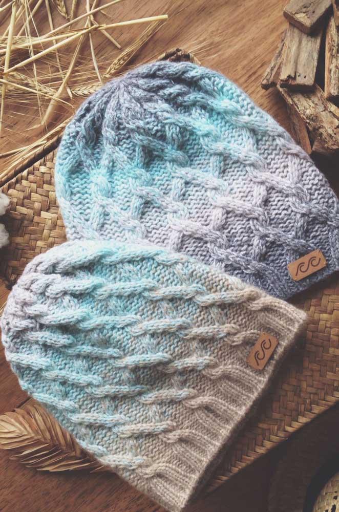 Touca de crochê masculina com tranças. Destaque para o degradê de cores nas peças