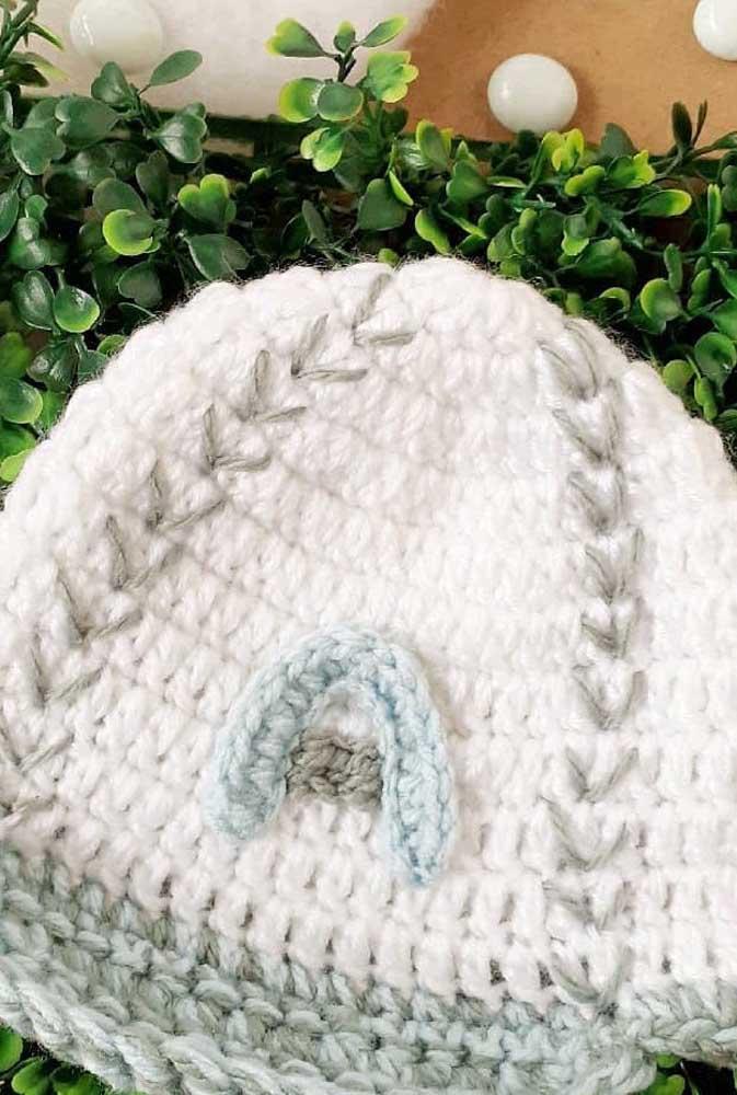 Touca de crochê branca com detalhes azuis. Linda sugestão para presentear bebês e crianças