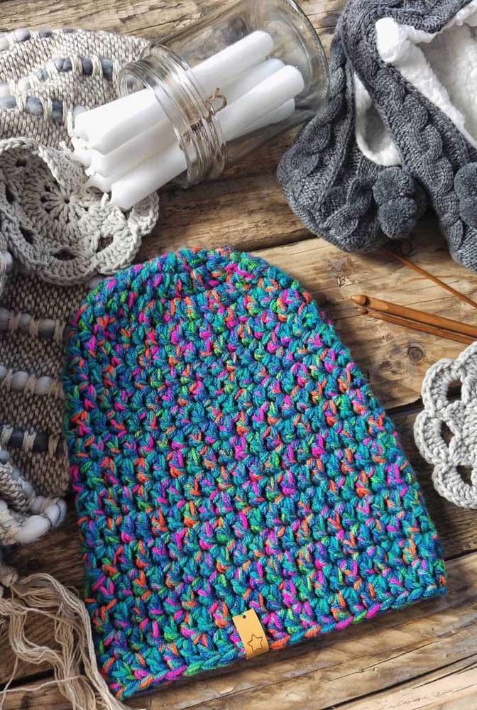 Touca de crochê colorida para alegrar o inverno