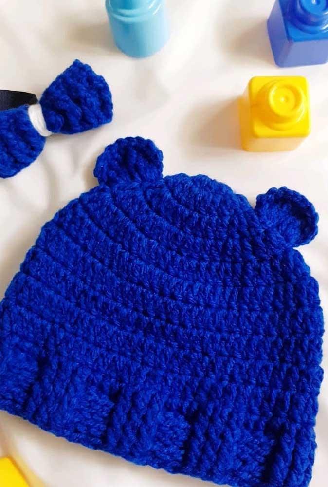 Já aqui a sugestão é uma touca de crochê para bebê em tom de azul royal
