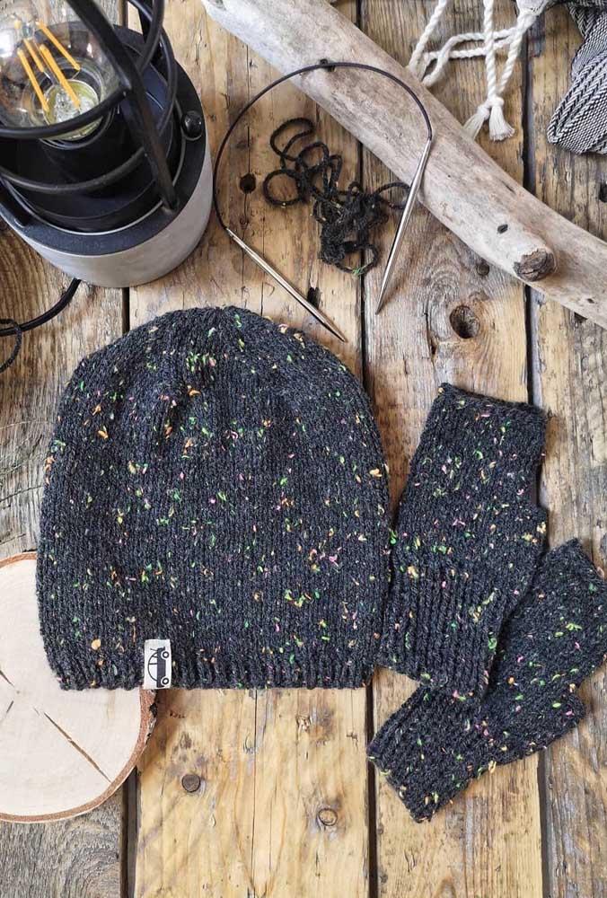 Touca e luvas de crochê para adulto. O modelo pode ser adaptado para o público infantil também