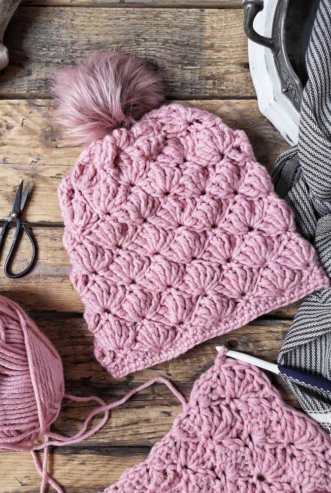 Touca de crochê com pompom. Repare que os pontos abertos deixam a touca com aparência ainda mais macia