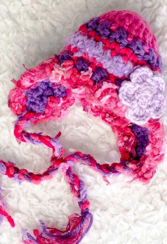 Touca de crochê colorida, em estilo peruano. O destaque aqui vai para aplicação de flor de crochê
