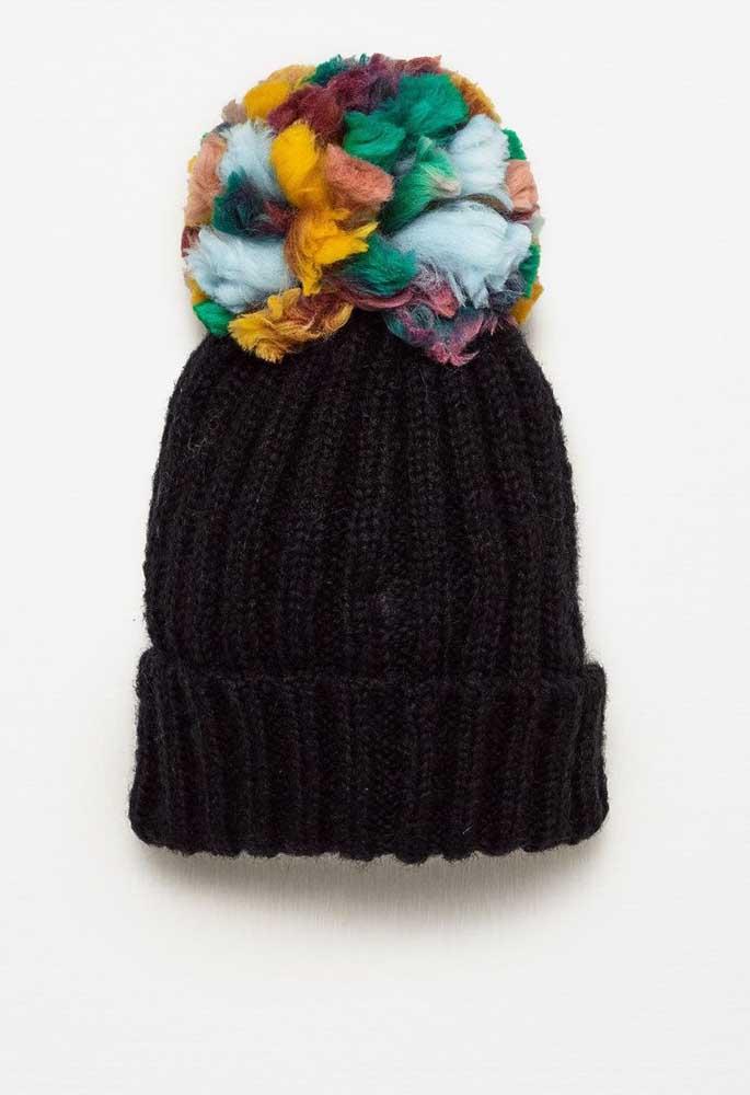 Que tal dar um upgrade na sua touca de crochê adicionando um pompom colorido?