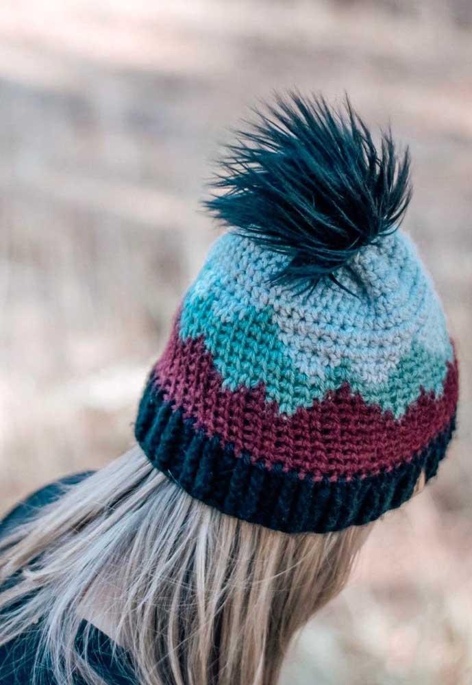 Touca feminina colorida com pompom