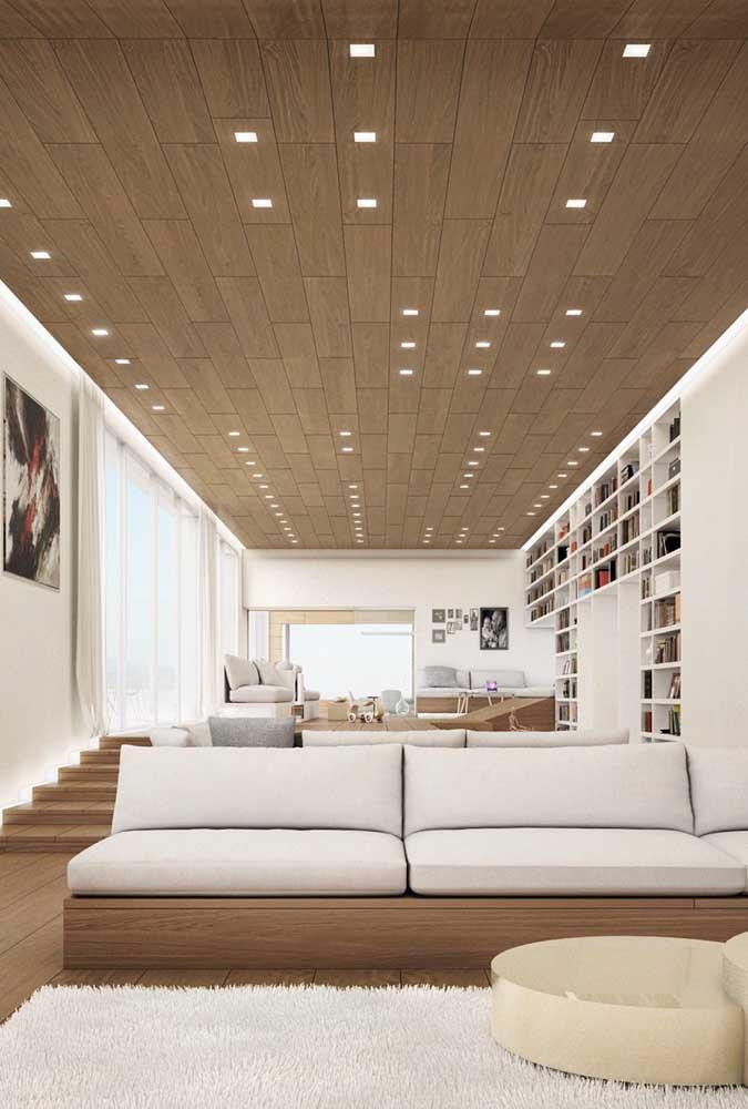 O forro de madeira ajuda a deixar a penthouse ainda mais receptiva e aconchegante