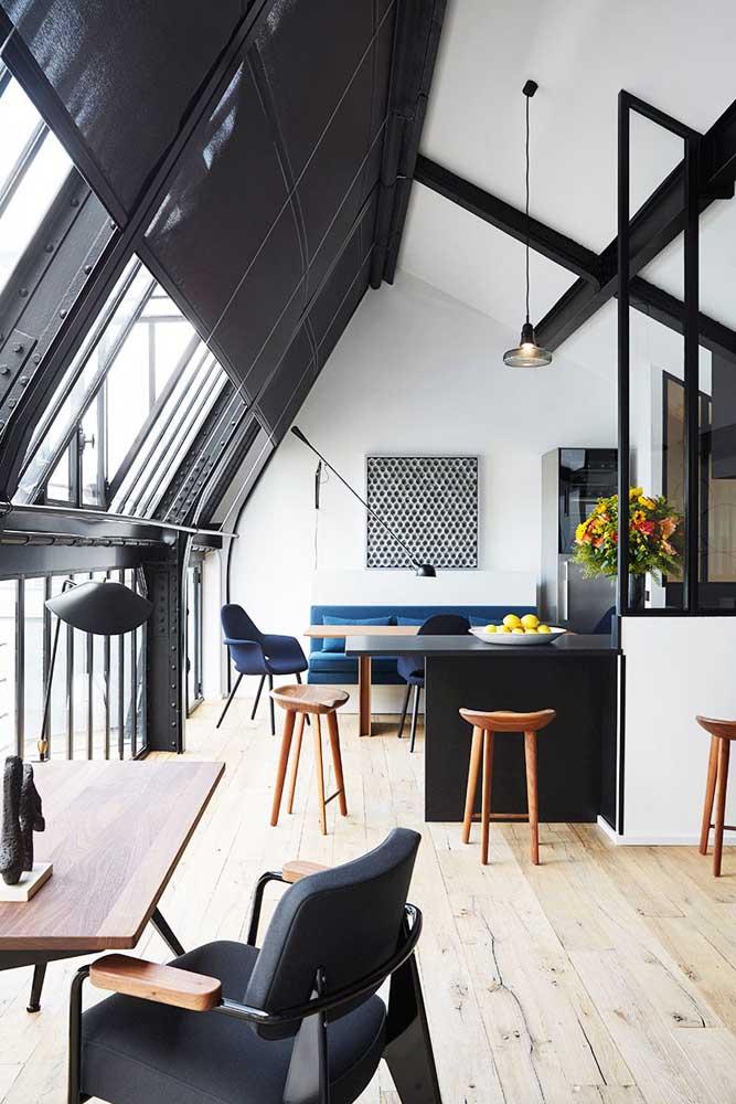 Essa Penthouse iluminada ganhou uma decoração lindíssima em madeira e tons de preto