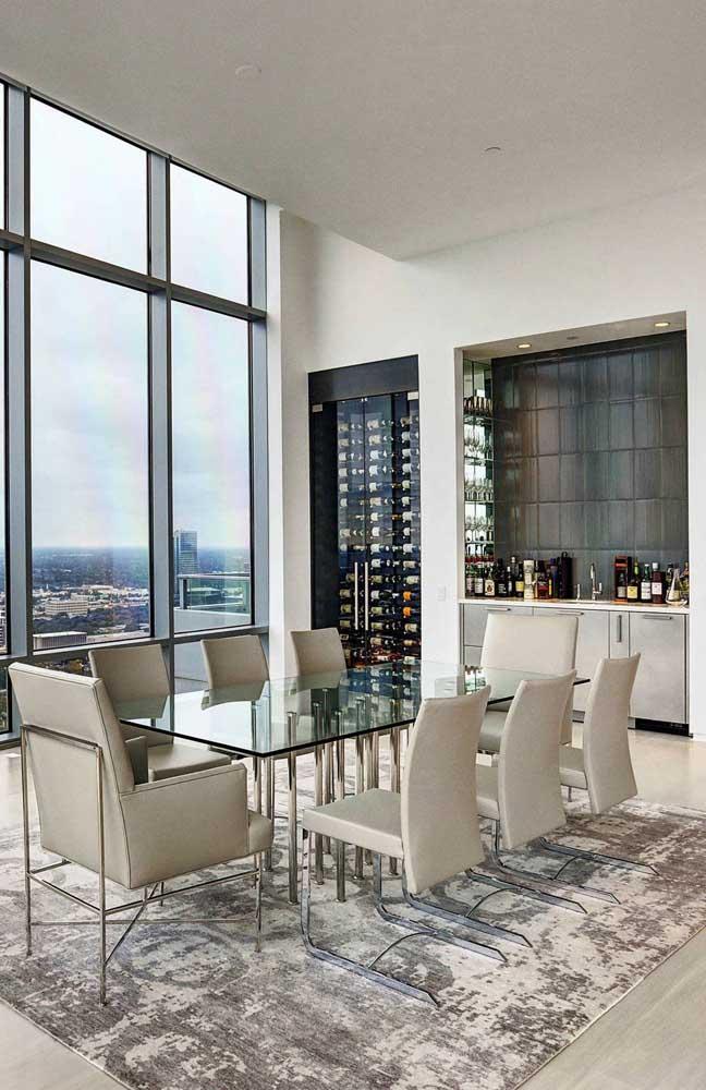 Sala de jantar de uma penthouse. Aqui, as janelas enormes e a adega climatizada fazem a recepção