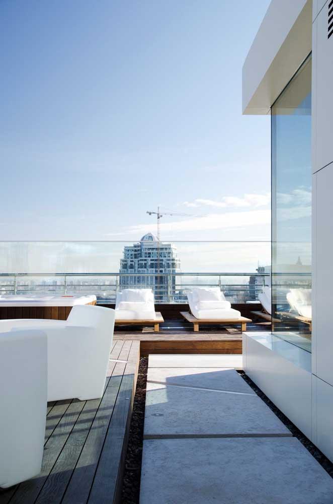 Área externa da penthouse. As espreguiçadeiras convidam para um dia ao ar livre