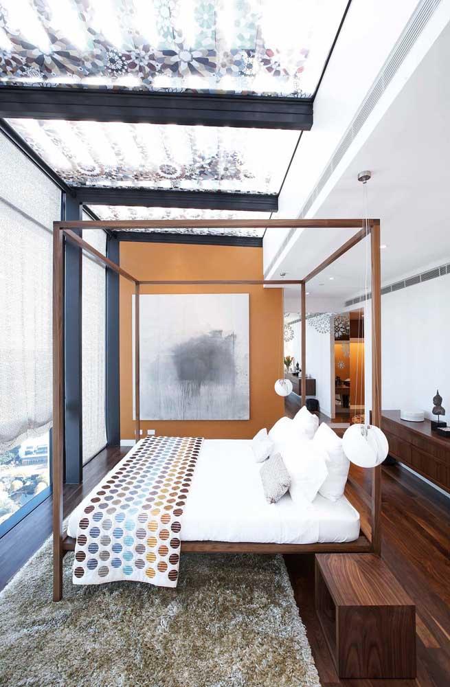 A cama com dossel torna a experiência da penthouse ainda mais agradável