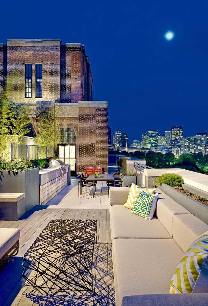 Vista externa de uma penthouse rústica e moderna. Nada além do céu e da paisagem lá fora!
