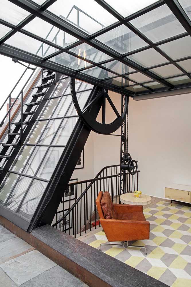 O destaque dessa penthouse é a janela com abertura lateral feita pela roldana de ferro