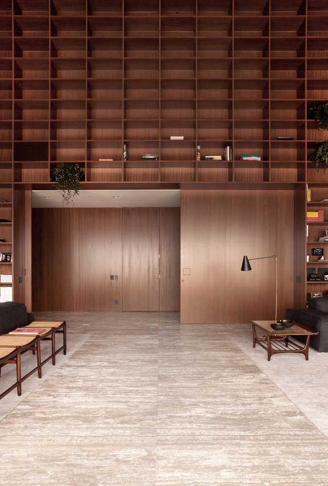 Os nichos de madeira valorizam ainda mais o pé direito alto da penthouse
