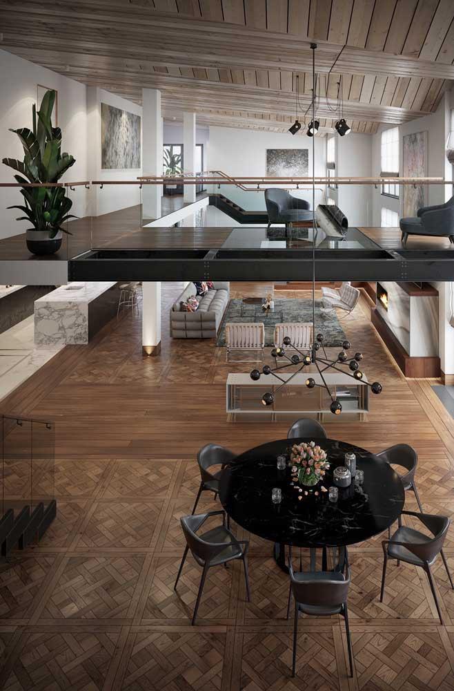 Amplitude e integração marcam a estética e o layout dessa penthouse