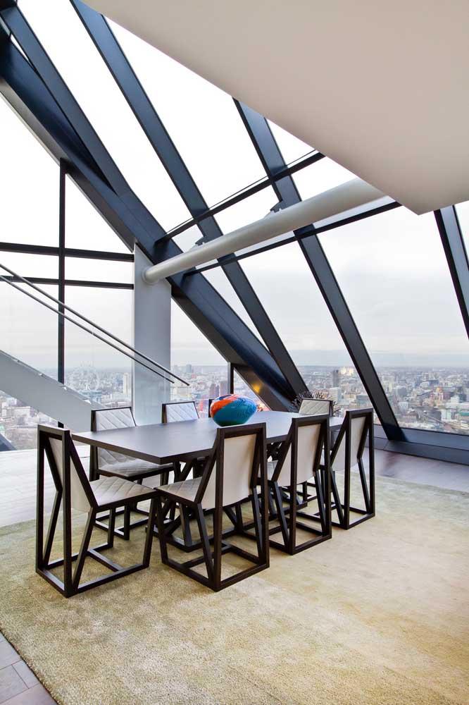 A estrutura arquitetônica dessa penthouse reforça a ideia de uma construção sobre a cobertura do prédio
