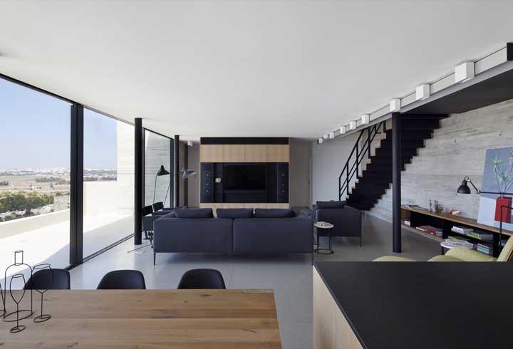 A cor branca valoriza a iluminação natural que entra pelas janelas da penthouse
