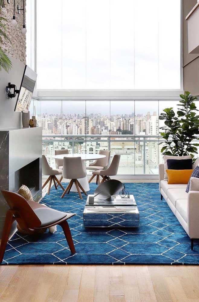 Uma poltrona cheia de design para completar a decoração dessa sala de estar elegante