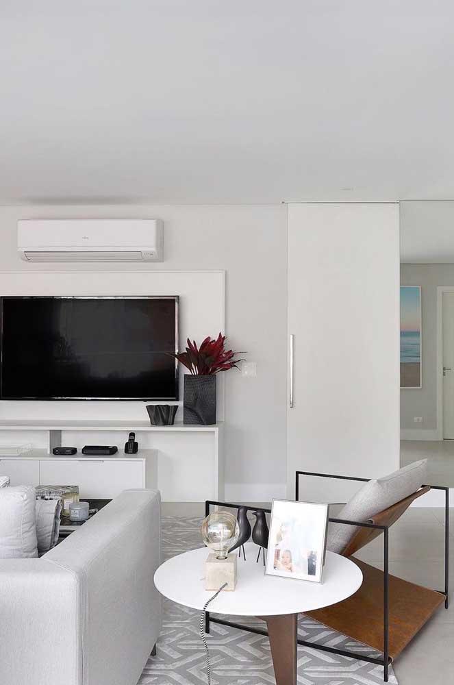 Poltrona clean e minimalista para a sala de estar que segue o mesmo estilo