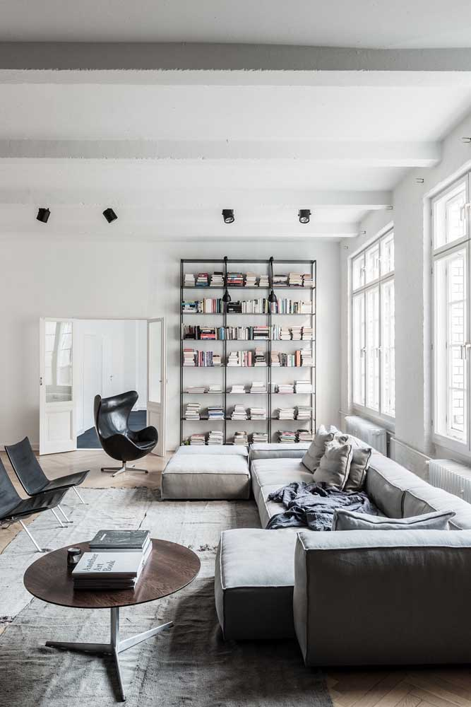 Uma sala, três poltronas e dois designers diferentes
