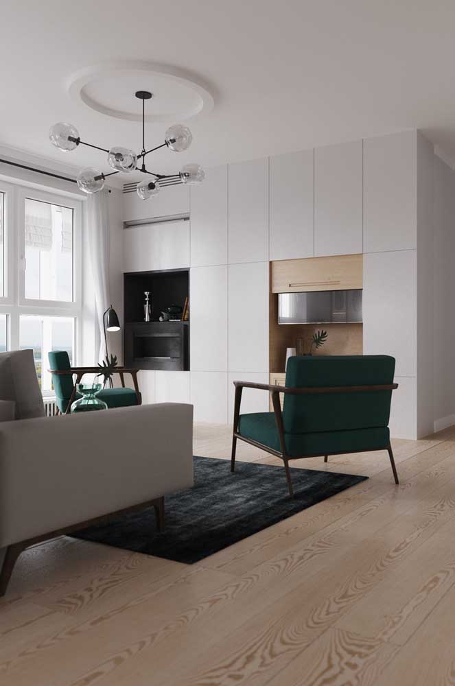 Poltronas verdes para quebrar a monotonia da sala de estar neutra