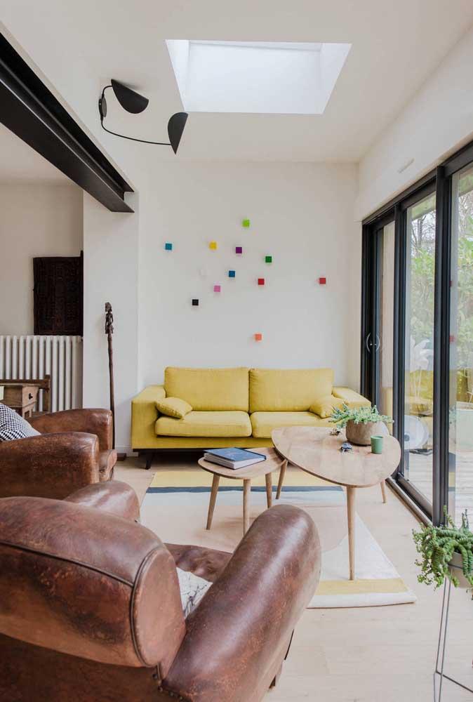 Aqui, as poltronas de couro são tão convidativas que deixam o sofá em segundo plano