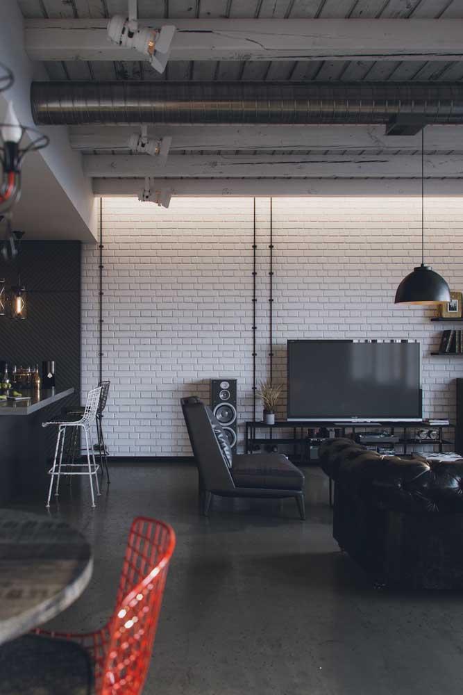 O sofá Chesterfield dessa sala de estar ganhou a companhia de uma poltrona na mesma cor, mas com design bem mais moderninho