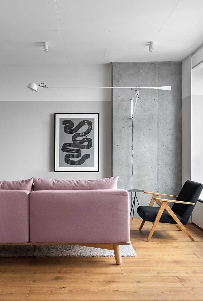 A poltrona preta é o destaque dessa sala de estar moderna