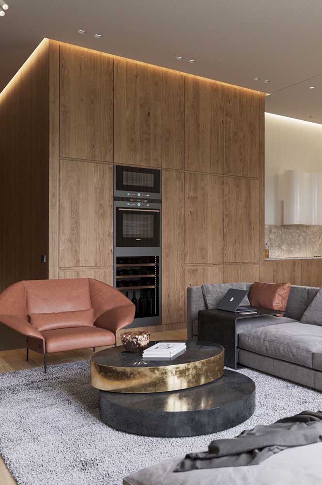 Essa poltrona super espaçosa preenche a sala de estar com sofisticação e conforto