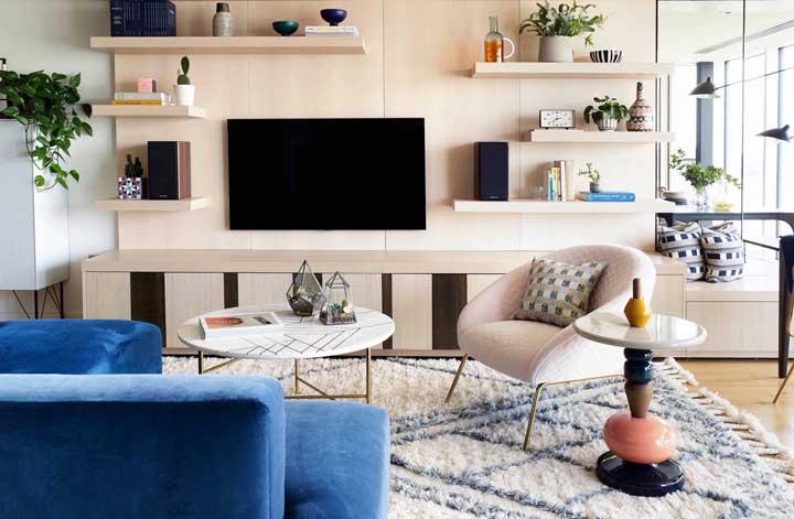 Poltrona cor de rosa e sofá azul: uma linda e marcante composição