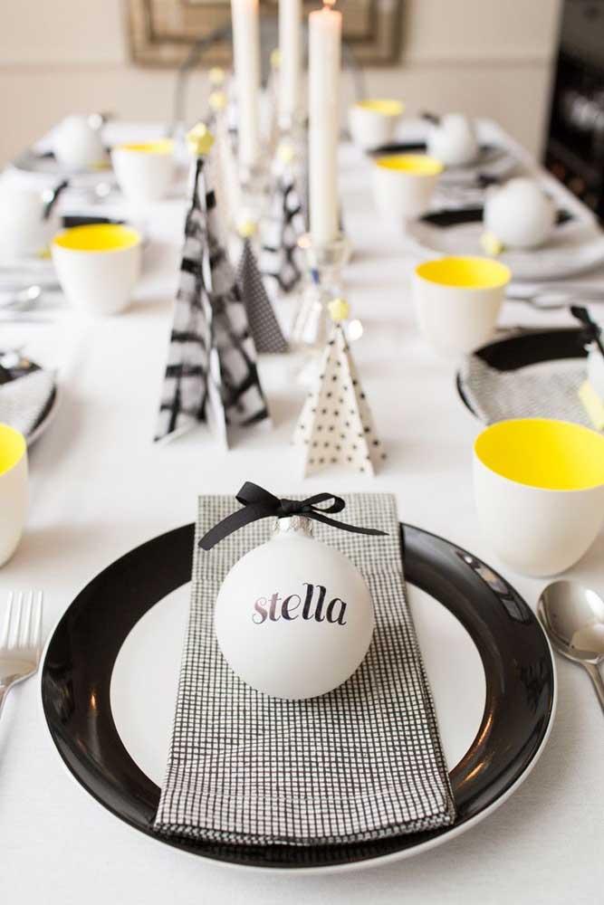 Mesa posta com guardanapo de tecido dobrado sobre o prato. Repare que ele combina perfeitamente com a decoração da mesa