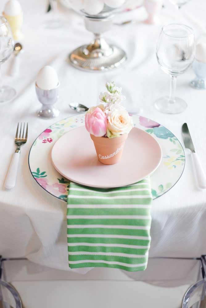 Flores no prato e listras para o guardanapo