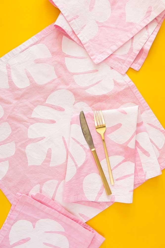 As folhas de costela de adão dão o charme desses guardanapos de tecido cor de rosa