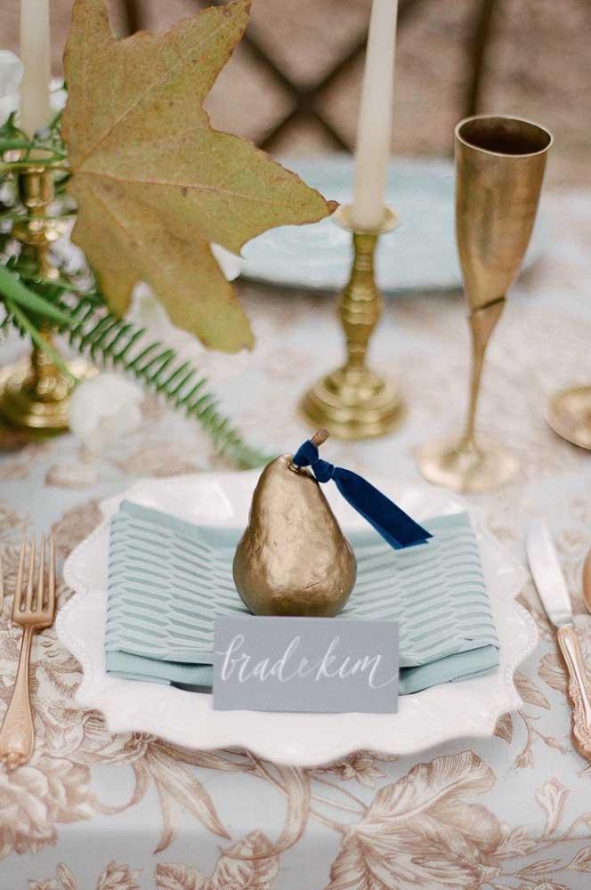 Guardanapo de tecido sobre o prato em uma mesa posta pra lá de elegante
