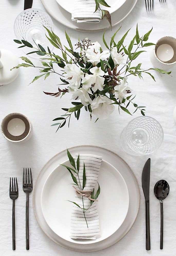 Já para a mesa clean e elegante, a opção foi por um guardanapo de tecido branco com delicadas listras verdes