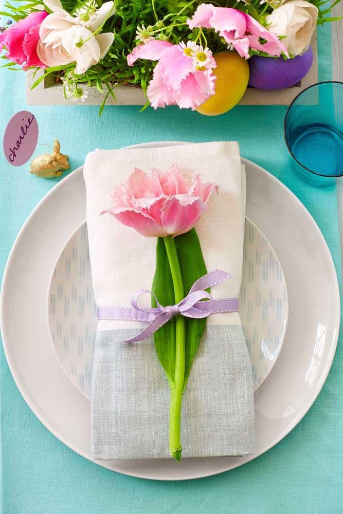 Guardanapo de tecido em duas cores. O charme final fica por conta da flor que acompanha cada guardanapo