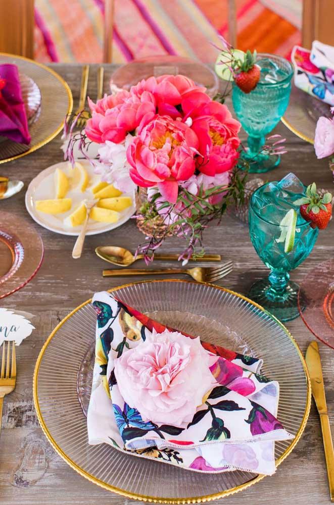 Mesa posta rústica com guardanapo de tecido floral