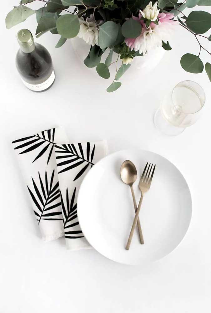 Guardanapos de tecido com estampa moderna combinando com a mesa