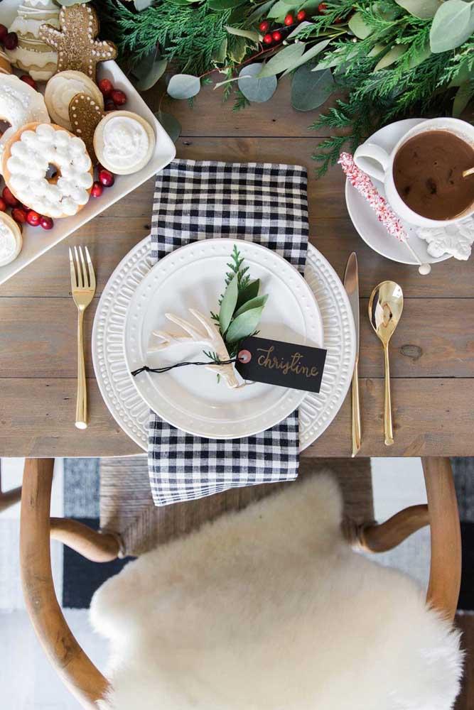 Guardanapo de tecido xadrez combinando com o tema da mesa posta